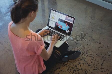 üzletember számítógéphasználat asztal fiatal irodai asztal számítógép Stock fotó © wavebreak_media
