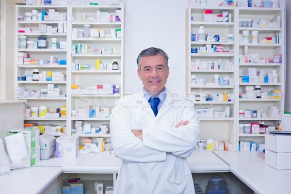 Sonriendo farmacéutico pie los brazos cruzados farmacia médicos Foto stock © wavebreak_media