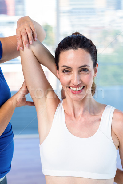 Nő nyújtás kar terapeuta orvosi iroda Stock fotó © wavebreak_media