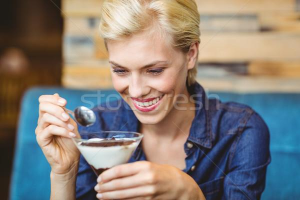 Sonriendo comer cremoso chocolate Servicio Foto stock © wavebreak_media