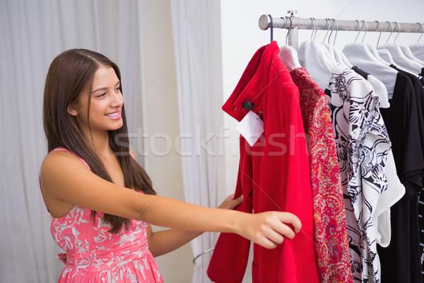 Mosolygó nő néz piros kabát butik boldog Stock fotó © wavebreak_media
