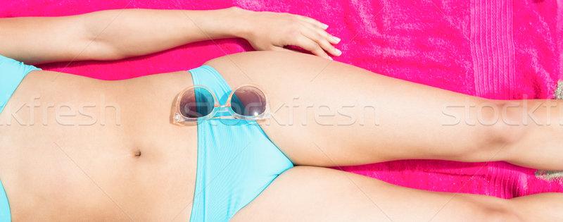 Foto stock: Delgado · mujer · tomar · el · sol · toalla · playa · bikini