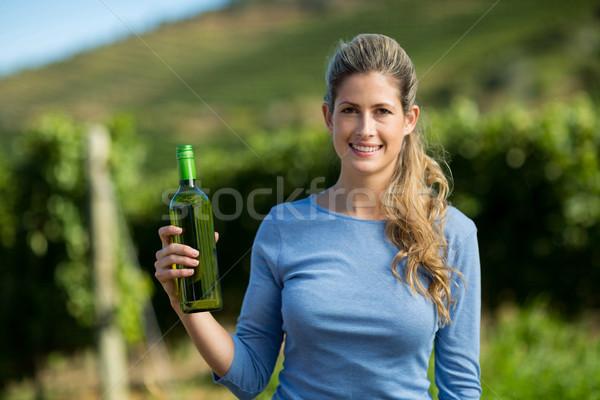 Retrato mujer botella de vino mujer sonriente vina Foto stock © wavebreak_media