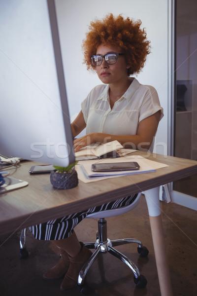 Koncentruje przedsiębiorca pracy biuro młodych działalności Zdjęcia stock © wavebreak_media