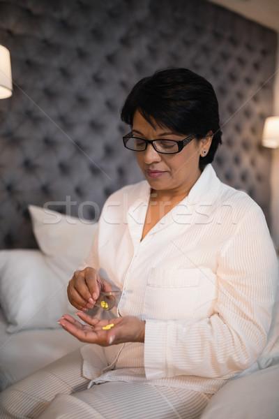 Donna matura pillole camera da letto home grave Foto d'archivio © wavebreak_media