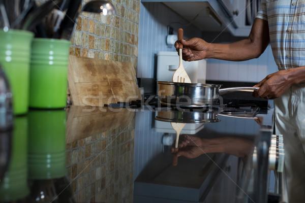 Kép férfi ételt készít konyha otthon sétál Stock fotó © wavebreak_media