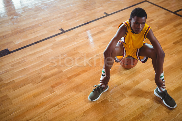 Nadenkend speler vergadering basketbal basketbalveld Stockfoto © wavebreak_media