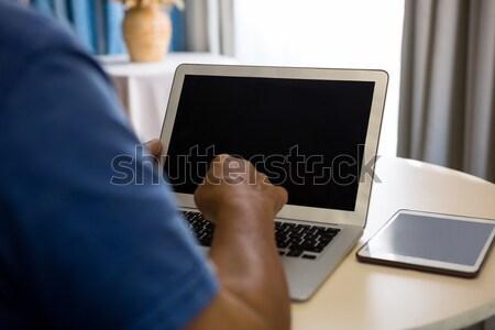 Main supérieurs homme utilisant un ordinateur portable maison de retraite table Photo stock © wavebreak_media