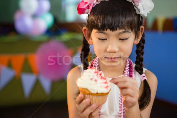 Aranyos lány minitorta születésnapi buli otthon szeretet Stock fotó © wavebreak_media