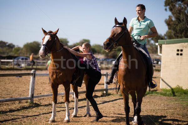 Vrouwelijke vrienden paard vrouw veld Stockfoto © wavebreak_media