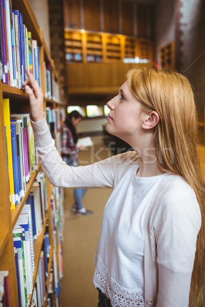 студент глядя книга библиотека Полки Сток-фото © wavebreak_media