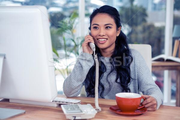 Glimlachend asian vrouw telefoon oproep mok Stockfoto © wavebreak_media
