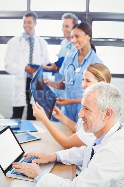 Medici squadra sorridere sala conferenze ospedale internet Foto d'archivio © wavebreak_media