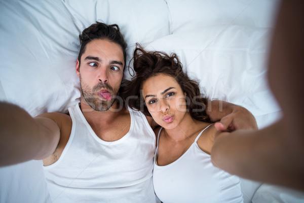 Paar gezichten zelfportret bed Stockfoto © wavebreak_media