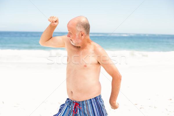 Starszy człowiek stwarzające mięśni wody Zdjęcia stock © wavebreak_media