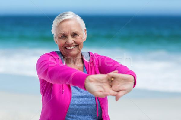 Donna matura braccia spiaggia mare anziani Foto d'archivio © wavebreak_media