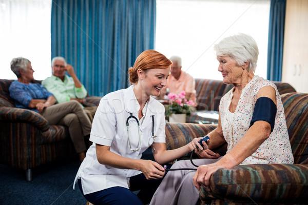 Verpleegkundige zorg gepensioneerde pensioen huis Stockfoto © wavebreak_media