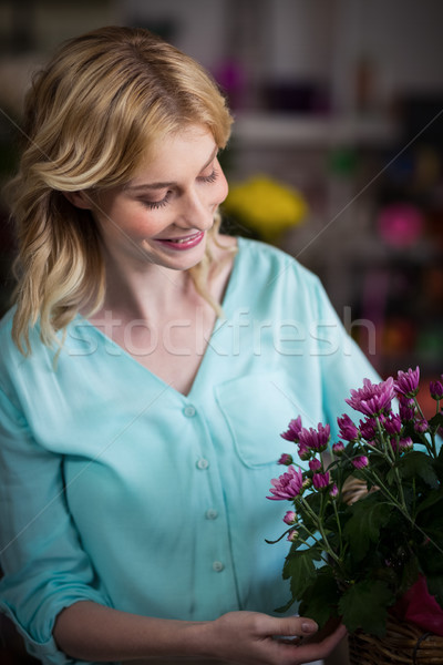 Feminino florista flores cesta mulher Foto stock © wavebreak_media