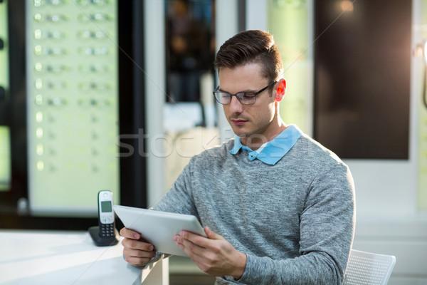 Client numérique comprimé optique magasin attentif Photo stock © wavebreak_media