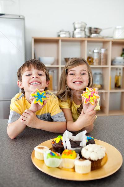 Aranyos testvérek mutat sütik konyha család Stock fotó © wavebreak_media