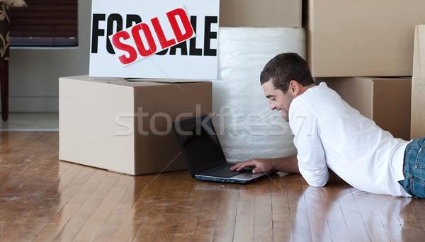 Belo homem trabalhando laptop piso Foto stock © wavebreak_media