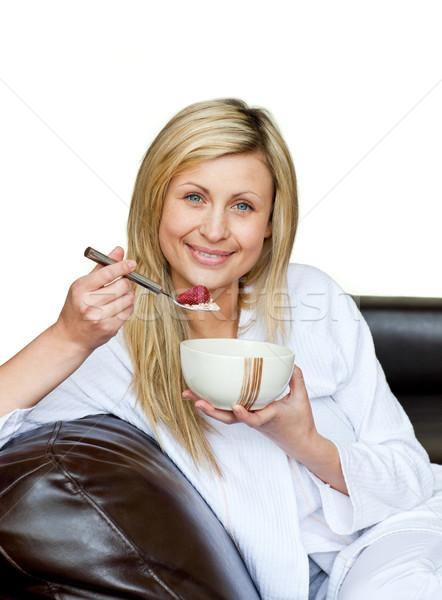 Charmant vrouw eten granen sofa witte Stockfoto © wavebreak_media
