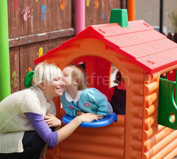 Cute meisje zoenen glimlachend moeder speeltuin Stockfoto © wavebreak_media
