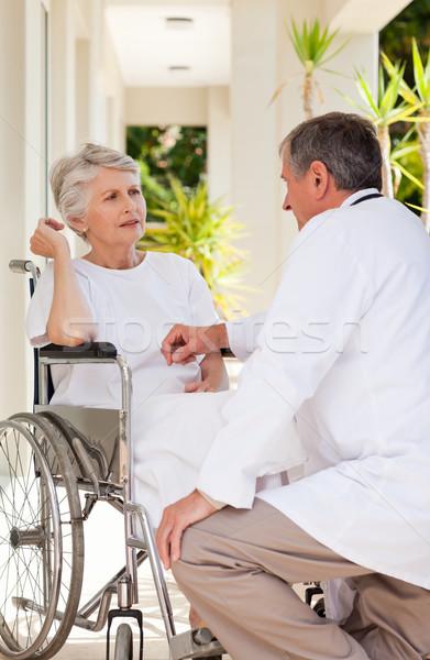 Idős orvos beszél beteg űr mobil Stock fotó © wavebreak_media