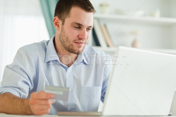 Jungen Geschäftsmann Laptop Kreditkarte Computer Internet Stock foto © wavebreak_media