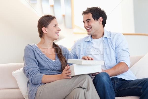 Fiatalember meglepő ajándék nappali otthon doboz Stock fotó © wavebreak_media