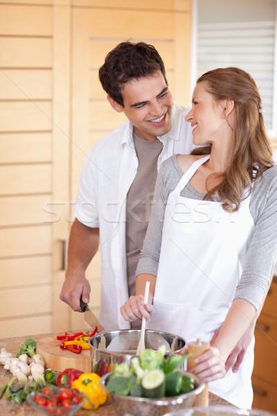 Jeune homme aider petite amie cuisson heureux couple Photo stock © wavebreak_media