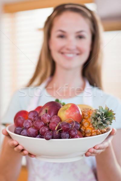 Retrato mulher fruto cesta cozinha Foto stock © wavebreak_media