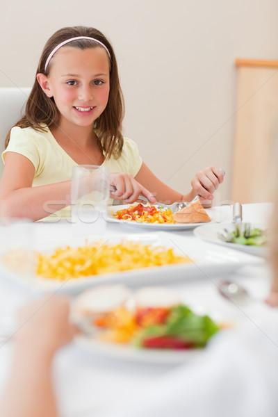 Mutlu gülen kız akşam yemeği yemek masası salata Stok fotoğraf © wavebreak_media