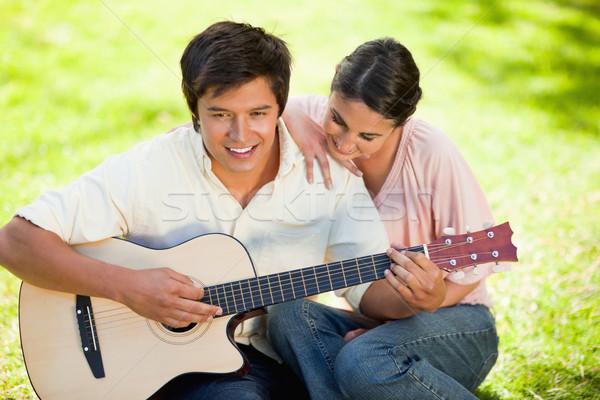 Mujer mano sonriendo amigos hombro guitarra Foto stock © wavebreak_media