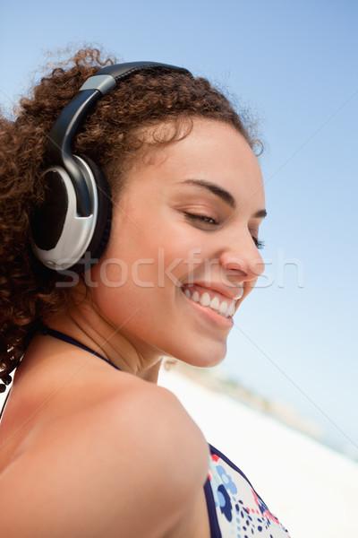 Jeunes casque jeune femme écouter de la musique plage Photo stock © wavebreak_media