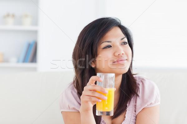 Сток-фото: женщина · улыбается · стекла · апельсиновый · сок · гостиной · кофе