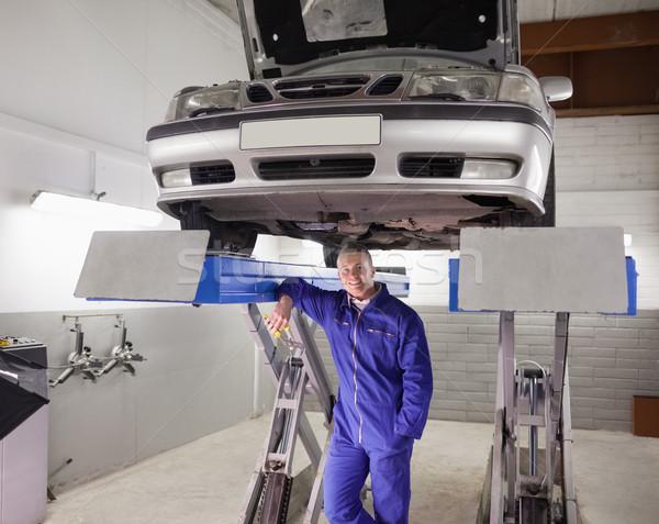 Férfi dől gép garázs autó boldog Stock fotó © wavebreak_media