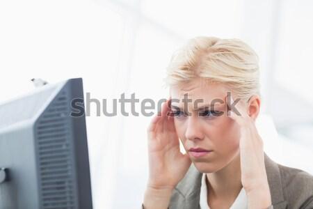 Man lezing wereld nieuws hologram grijs Stockfoto © wavebreak_media