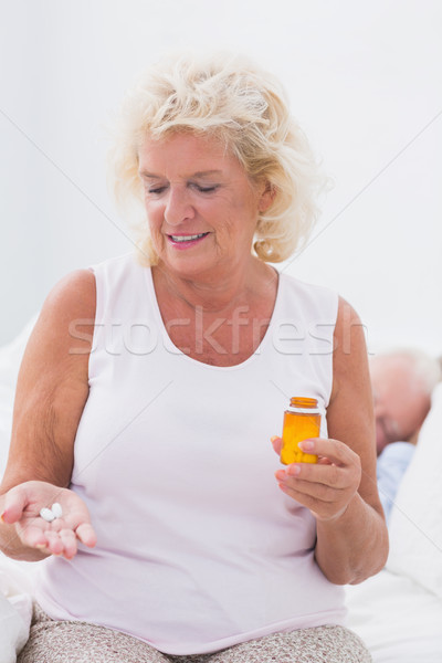 Glimlachend vrouw pil fles Stockfoto © wavebreak_media