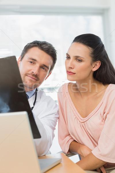 Férfi orvos magyaráz röntgen jelentés beteg orvosi Stock fotó © wavebreak_media