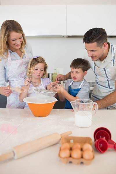 Parents regarder enfants cookies compteur de cuisine Photo stock © wavebreak_media