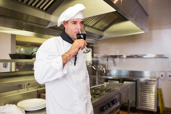 Homme Cook potable vin rouge cuisine vue de côté Photo stock © wavebreak_media