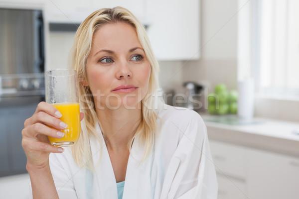 Figyelmes nő narancslé konyha közelkép fiatal nő Stock fotó © wavebreak_media