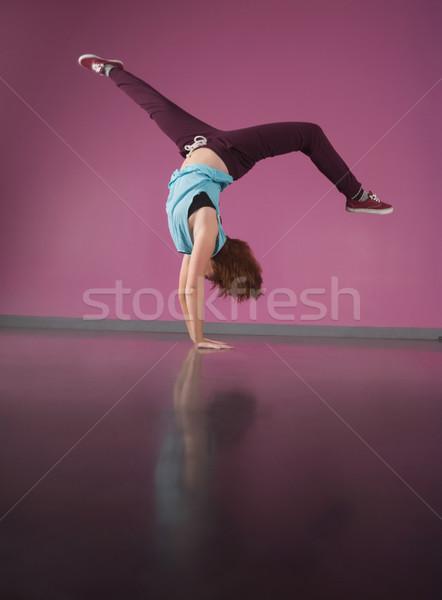 かなり ブレーク ダンサー 逆立ち ダンス スタジオ ストックフォト © wavebreak_media