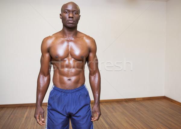 Komoly póló nélkül fiatal izmos férfi áll Stock fotó © wavebreak_media