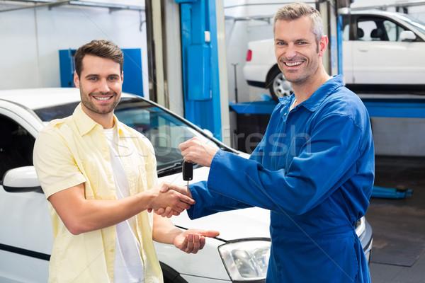 клиентов рукопожатием механиком ключами ремонта Сток-фото © wavebreak_media
