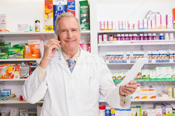 Uśmiechnięty starszy farmaceuta telefonu apteki szczęśliwy Zdjęcia stock © wavebreak_media