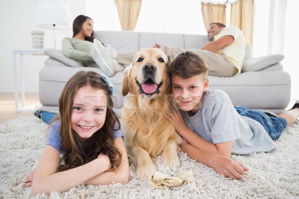 Testvérek kutya szülők pihen kanapé portré Stock fotó © wavebreak_media