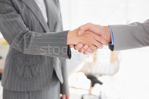 Zakenvrouw handen schudden zakenman kantoor vrouw man Stockfoto © wavebreak_media