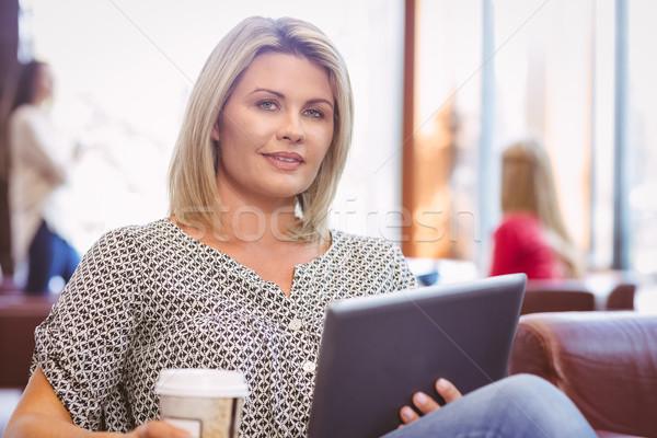 Glimlachende vrouw digitale tablet beschikbaar beker Stockfoto © wavebreak_media